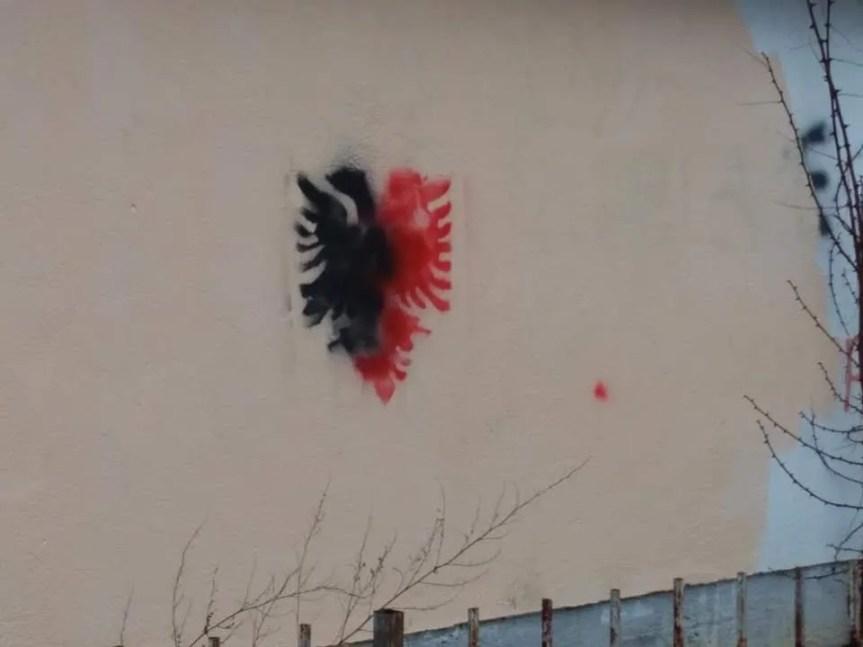 Графити на помоћном објекту школе у Преоцу, медији селективно обавештени