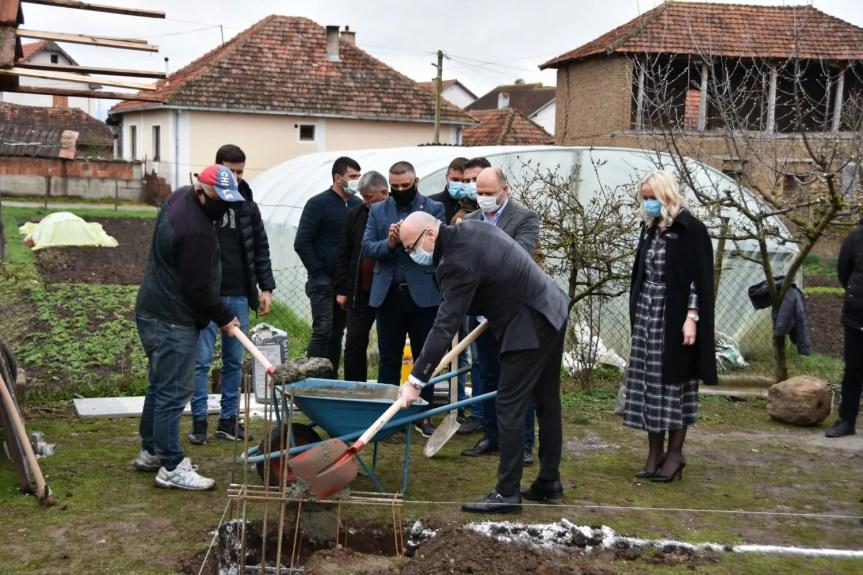 Ракић положио камен темељац за изградњу две куће социјално угроженим породицама у општини Клокот