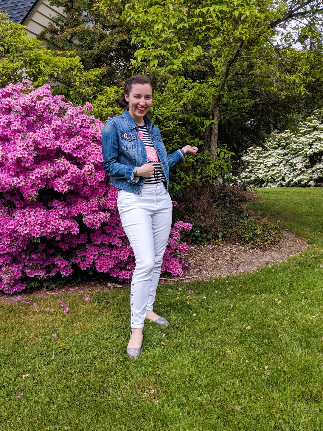 spring look, white jeans, pink accents, jean jacket