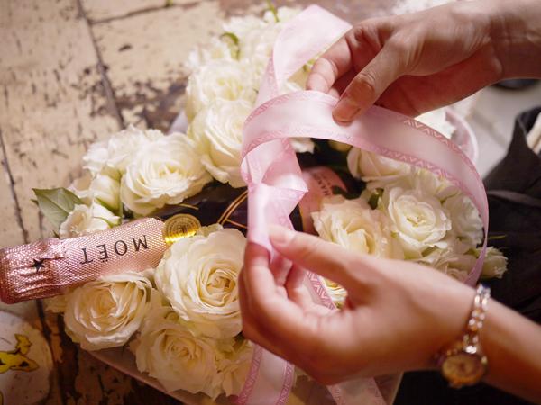 moet flower gift