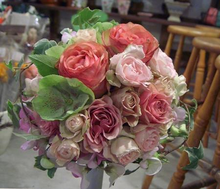 色んな品種のバラのラウンドブーケ