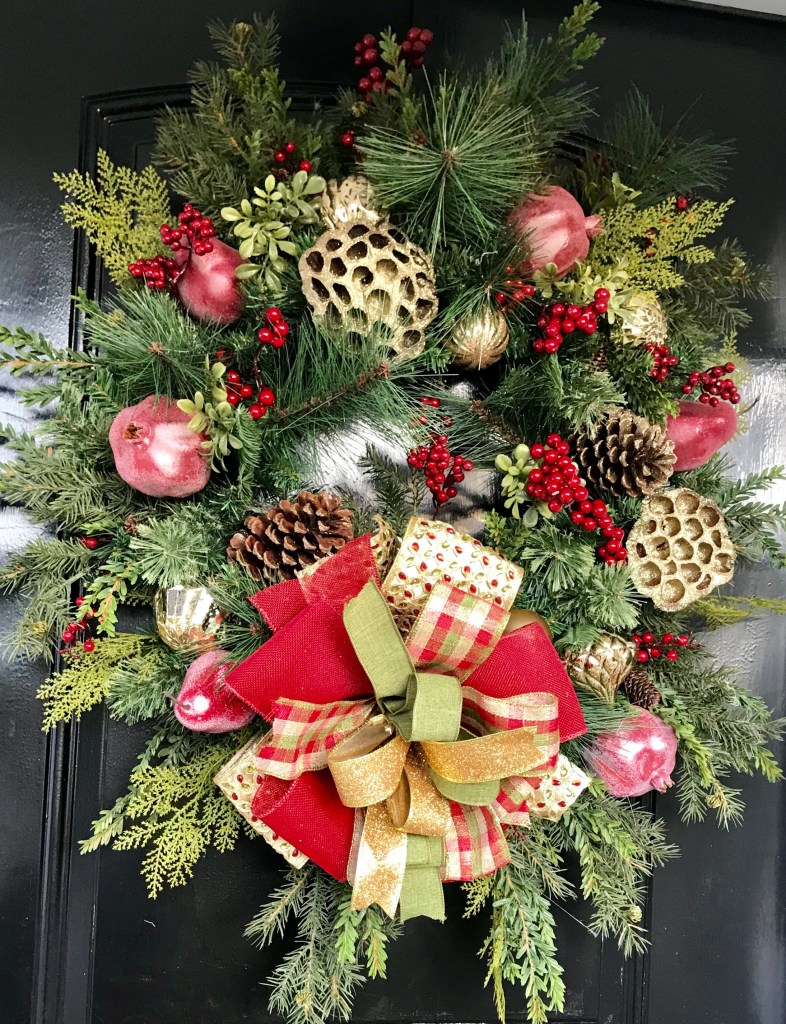Learn How to Make a Classic and Elegant Holiday Wreath! #christmas #holidaydecor #wreaths #diy #homedecor