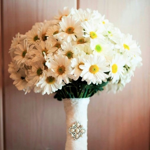 simple-daisy-wedding-bouquet-wrapped-in-lace.full (2)