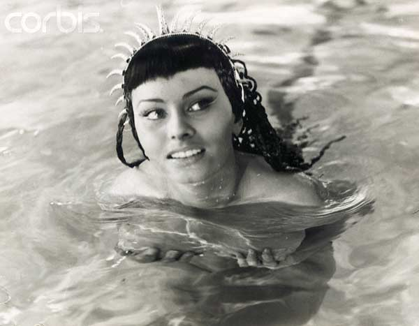Spohia Loren Swimming wearing a headpeice