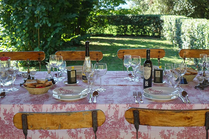 Fattoria Mansi Bernardo outdoor eating (1)