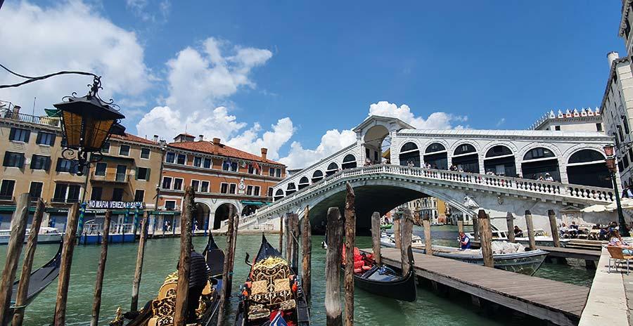 Gondola Style venice 2021 Italy Gracie Opulanza Venezia (8) Rialto bridge