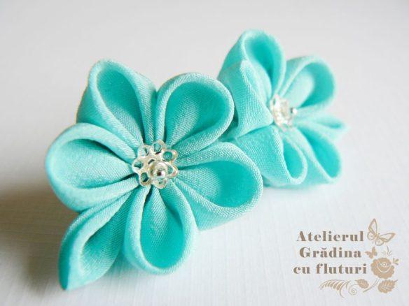 Flori cu frunză din mătase bleu ciel, la baza urechii - diametru 2.5 cm