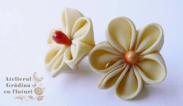 Cercei stud cu flori crem din mătase - diametru 3 cm