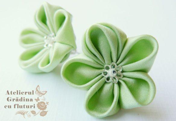 Cercei cu fllori verde fistic la baza urechii - diametru 3 cm