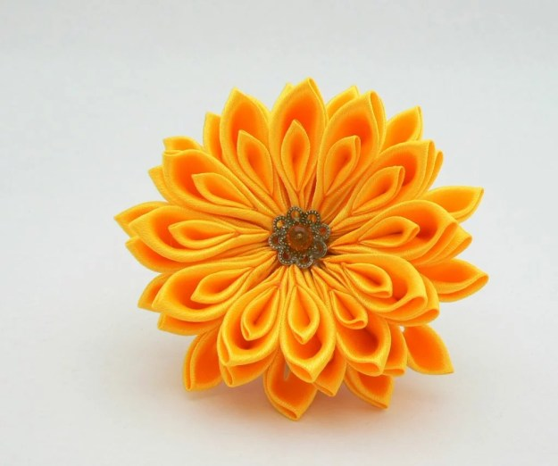 Crizantema soare din satin galben pe clama