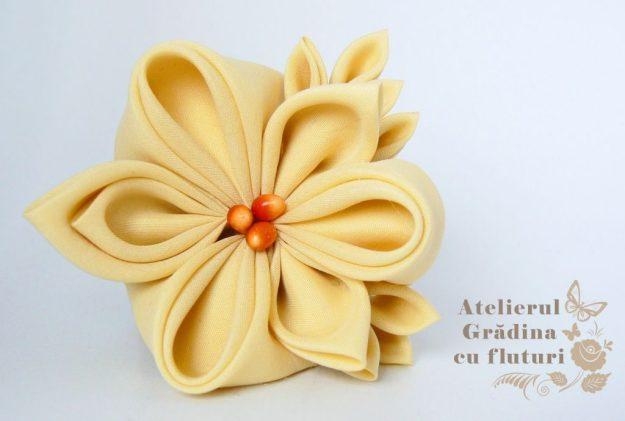 floare galbena brosa logo