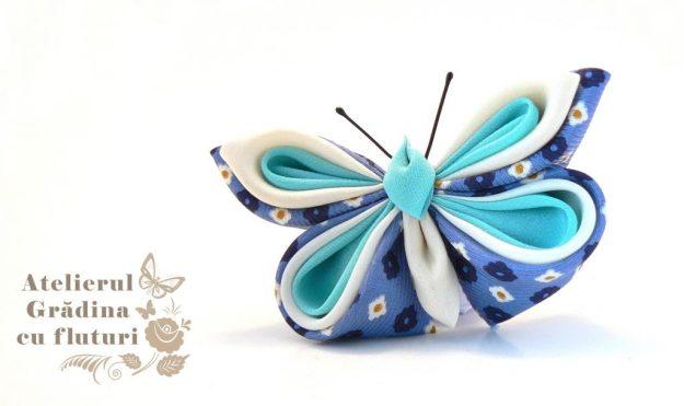 Broşă cu fluture din mătase albastră din cravată, mătase albă şi bleu.