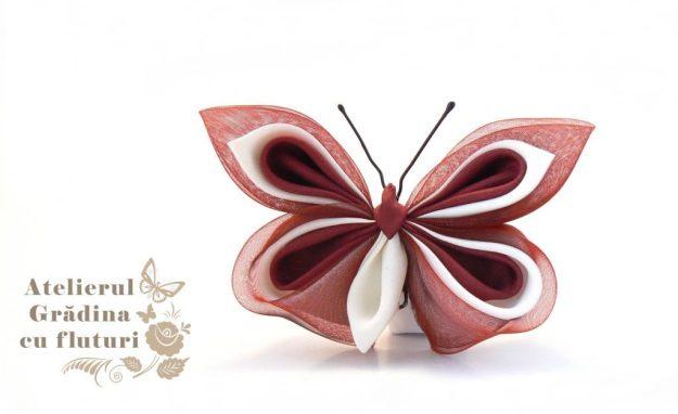 Broşă cu fluture din mătase albă şi vişinie şi organza vişinie.