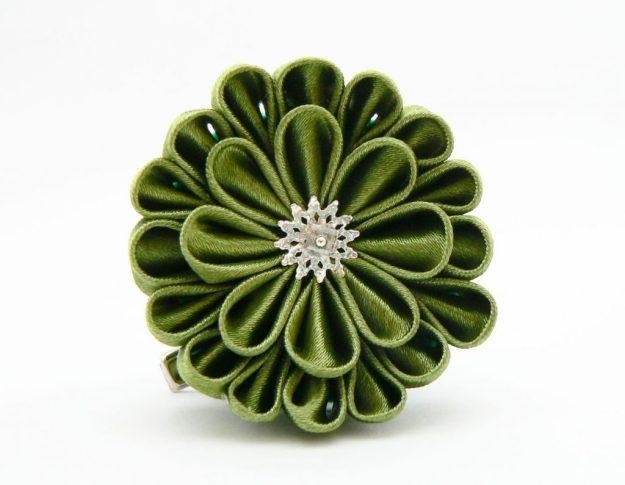 Crizantema kanzashi baza dubla din satin verde ca muschiul
