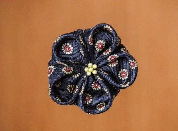 Floare din mătase din cravată - kanzashi - pentru rever