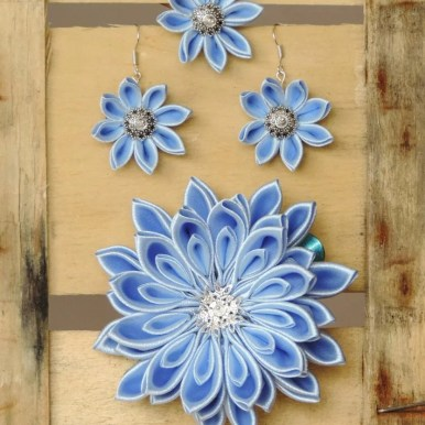 Setul complet cu inel, cercei și floare kanzashi mare de prins în păr. Floarea se prinde cu o clamă bleu.