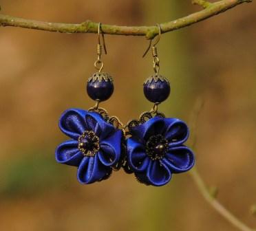 Colectia flori de mina - cercei flori kanzashi satin bleu roial