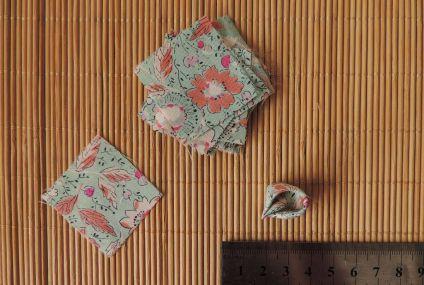 Din fiecare pătrat realizează câte o petală rotundă de 1 cm lungime. Nu este nevoie să sigilezi marginile petalelor.
