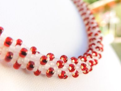 Colier crosetat din margele Preciosa alb si rosu - bead crochet