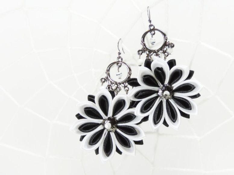 Cercei cu flori kanzashi din satin alb-negru