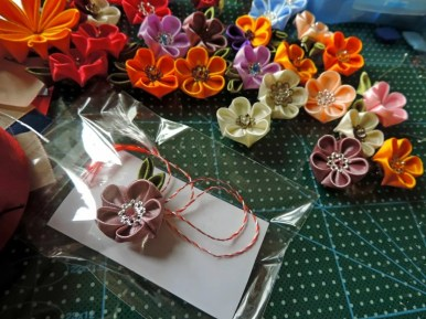 Multe martisoare cu flori handmade din satin foarte dragute