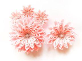 Crizantema mare roz din satin si flori mici pentru mana si rochie de mireasa