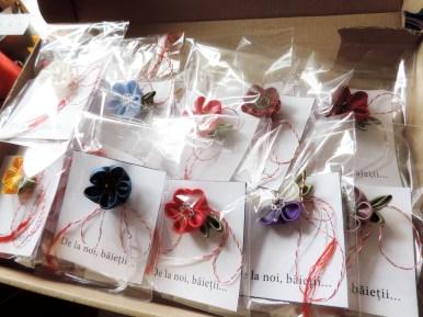 Multe martisoare cu flori handmade din satin ambalate