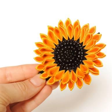 Floarea soarelui cu margele de nisip negre