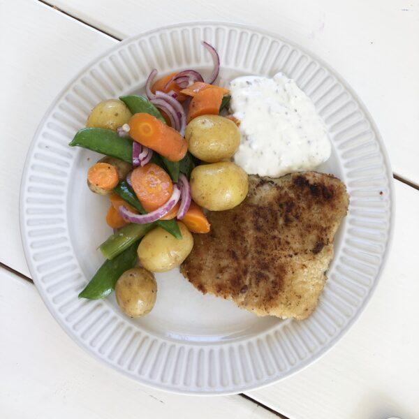 Panerad fisk med ljummen potatissallad
