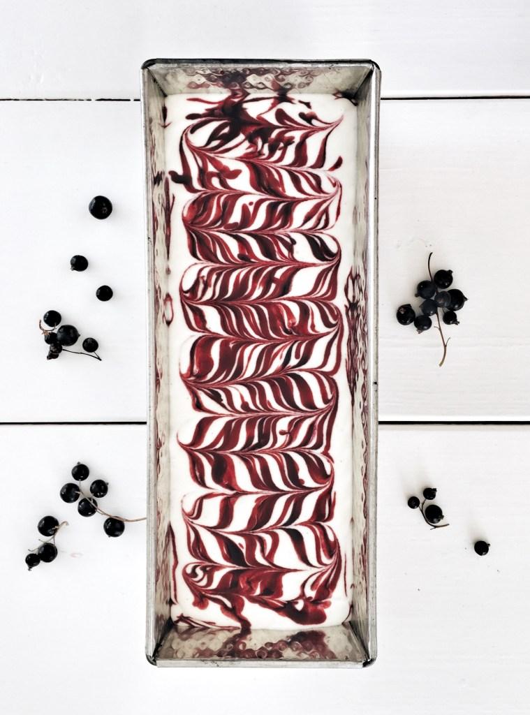 Svartvinbärsglass med chokladsås