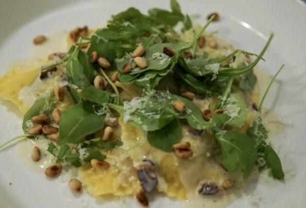Ravioli med svampfyllning, vitvinssås och rostade pinjenötter