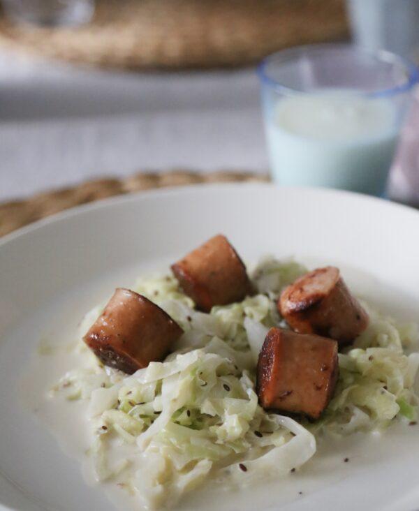 Bratwurst med gräddstuvad spetskål - sååå gott och sååå snabbt att laga!!