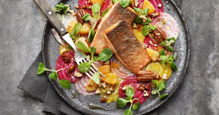 Gebratener Seesaibling mit Bete Carpaccio, Mandarinen, Pecannüssen und Feldsalat