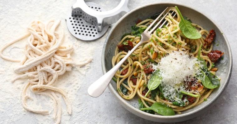 Selbstgemachte Spaghetti mit jungem Spinat