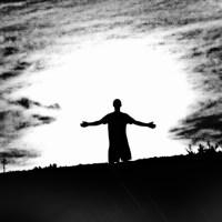Człowiek podąża w ciemność mrok  oddaje się ciemności