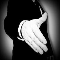 Dłoń do uścisku czarno białe koszula garnitur krawat biznesmen