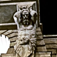 Figura rzeźba człowieka podtrzymującego fasadę ścianę budynku