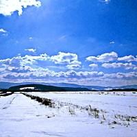 Góry w zimie łąka śnieg niebo chmury