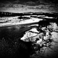Rzeka w górach czarno białe mroczne góry drzewa nurt ślady trop chmury zima