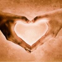 Symbol serca z złożonych dłoni