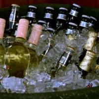 Butelki piwa i wódki w lodzie