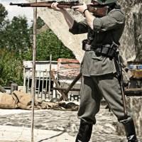 Strzelający żołnierz z karabiny Grafika Grafiki