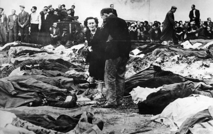Lwów, lato 1941. Bliscy ofiar sowieckiej masakry rozpoznają straconych na dziedzińcu więzienia