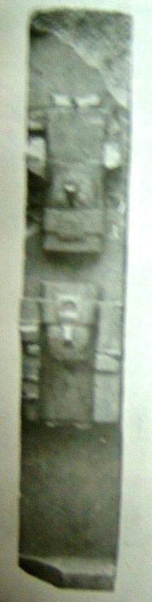 Posnansky's photograph of a damaged column showing the anticefalo motif.