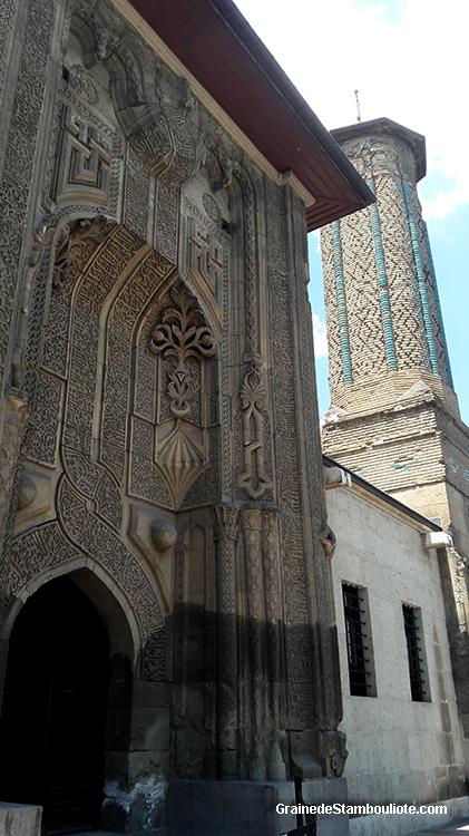madrasa au minaret élancé, inci minare, de style seldjoukide à Konya, Turquie. Abrite aujourd'hui le musée des gravures sur bois et sur pierre
