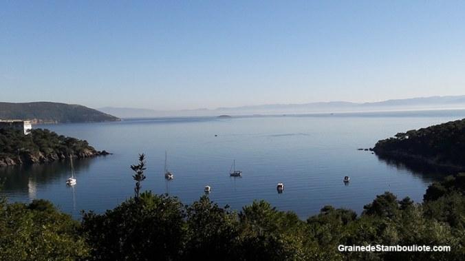 Les îles aux Princes à Istanbul, île de Heybeliada, anse, vue sur Büyükada et mer de marmara
