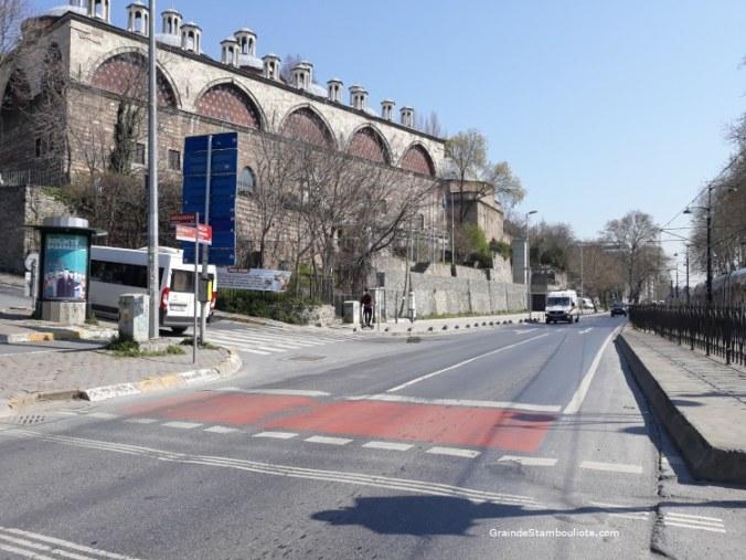 rues désertes et ambulance à Tophane Istanbul pendant confinement covid
