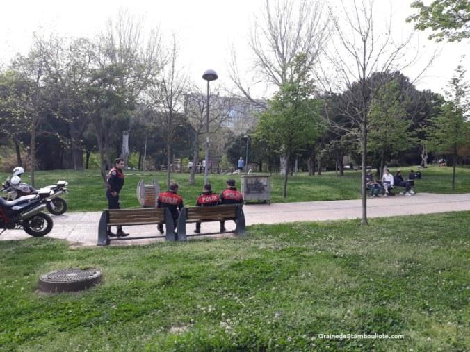 police dans un parc à Istanbul pendant le confinement Covid