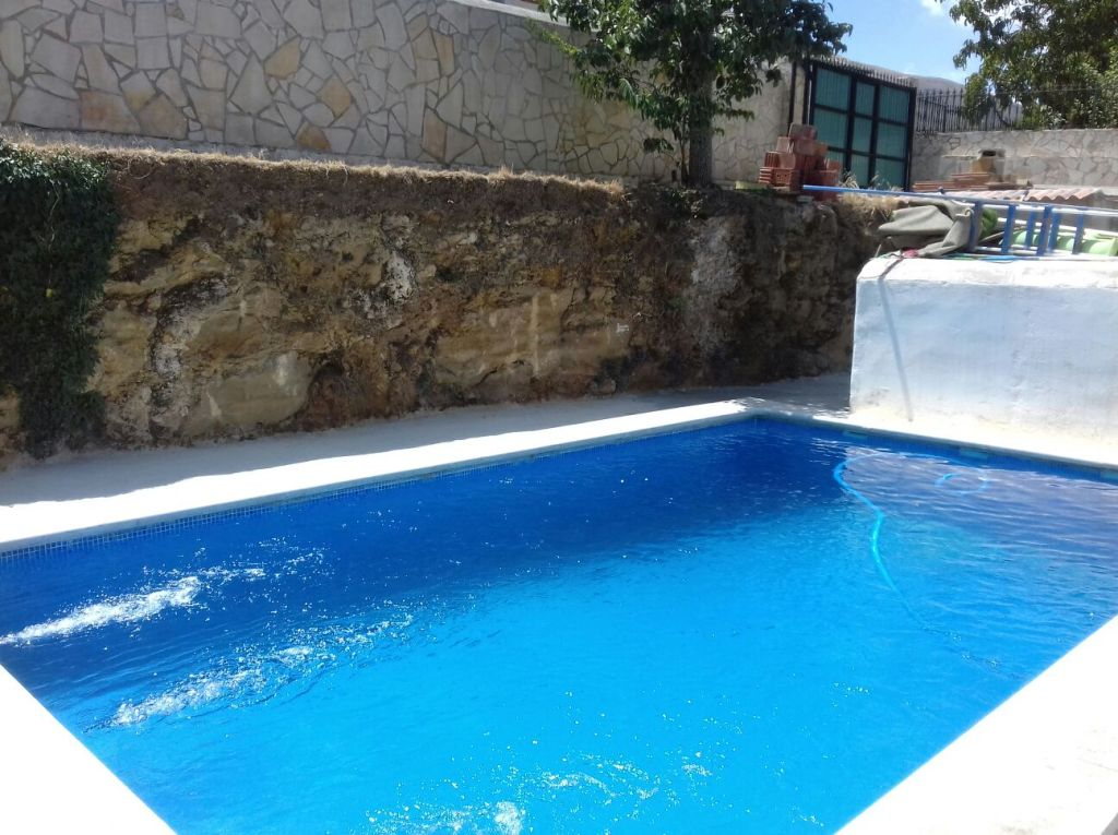 Granada estate agency are proud to present for sale a well located detached villa with swimming pool, located on the edge of the village of Jatar. The property comprises of 2 bedrooms, lounge, kitchen and has a under build which could be converted into guest apartment. The 1700m2 plot is on urban land and has potential to build another 2 properties on the plot. Ideally located in the village of Jatar, just 10 minutes drive from the historical hot springs town of Alhama de Granada.