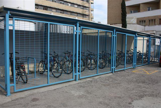 Las 'jaulas' de bicicletas del Virgen de las Nieves. Foto: HUVN.